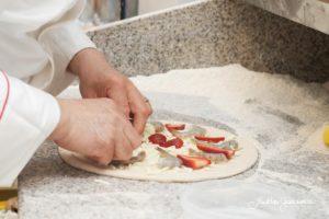Io pizza gamberi e fragole preparazione