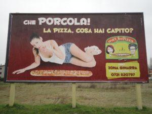 pizza-sessista-pannello-pubblicitario