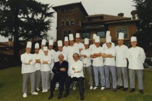 1995-la-brigata-di-cucina-al-completo-dellalbereta-di-gualtiero-marchesi-durante-la-visita-speciale-di-paul-bocuse